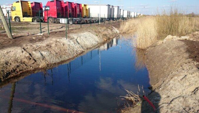 Mārupē noplūst eļļas pārpalikumi; iedzīvotāji satraucas par piesārņojumu un pīļu likteni