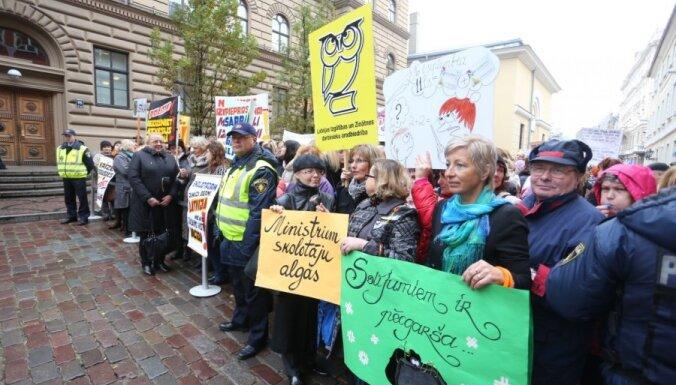 Учителя освистали депутатов, протестуя против бюджета-2014