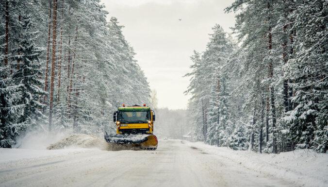 119 tehnikas vienības veic autoceļu ziemas dienesta darbus