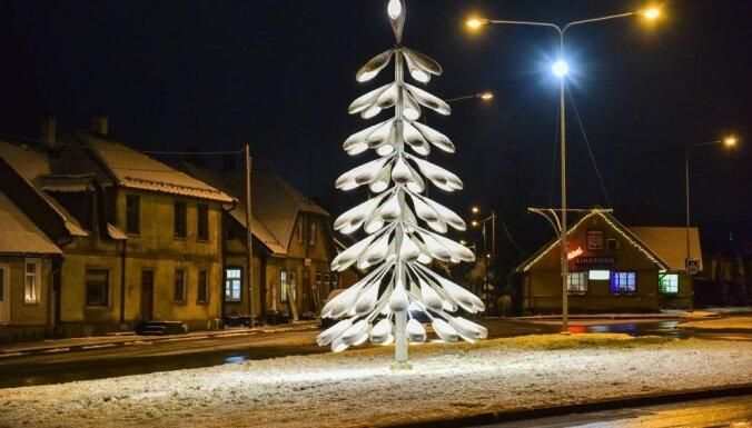 """ФОТО. В эстонском Вильянди установили оригинальную """"елку"""" из уличных фонарей"""