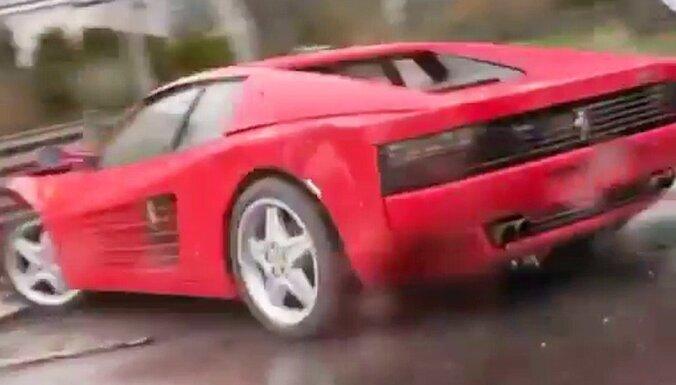 Lietainajā Jūrmalā avarējis klasisks 'Ferrari Testarossa' superauto
