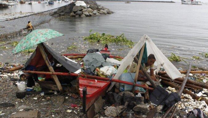 Divos taifūnos Filipīnās bojāgājušo skaits sasniedz 101