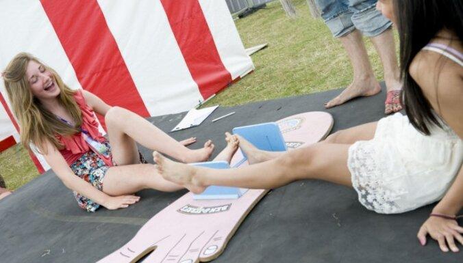 Video: Britu brašuļi laužas ar kāju īkšķiem