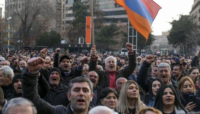 Требующие отставки Пашиняна ворвались в здание правительства
