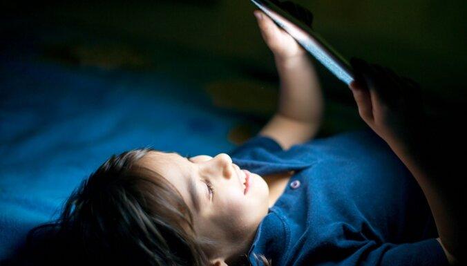 Kaitīgā viedierīču ekrānu zilā gaisma: zinātne vai muļķības?