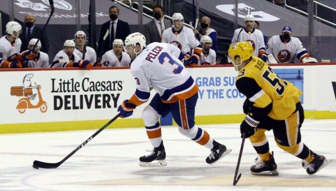 Bļugers neizmanto izcilu iespēju; 'Penguins' pirmajā sērijas spēlē zaudē papildlaikā