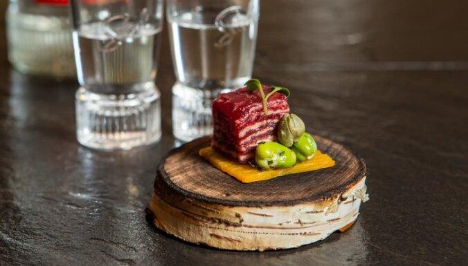 Strausa faļas tartars ar cūku pupām un Holandes sieru