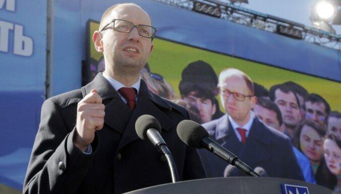 Яценюк предложил ввести визы для россиян