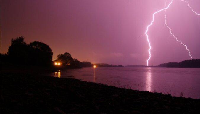 Синоптики: в четверг ожидается порывистый ветер, дожди и грозы