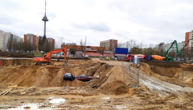 ФОТО. Необычная картина в Вильнюсе: два автомобиля в строительном котловане