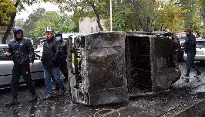 Kirgizstānā pēc ugunīgās nakts anulē parlamenta vēlēšanu rezultātus