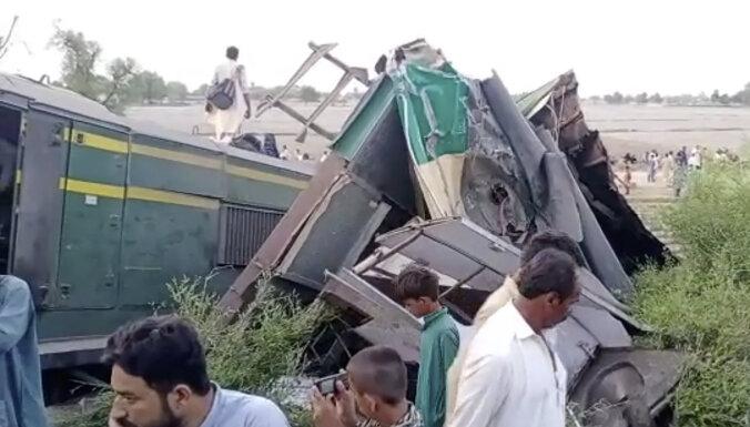 Vilcienu sadursmē Pakistānā bojā gājuši vismaz 30 cilvēki