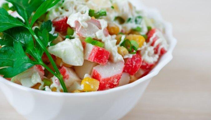 Ķīnas kāpostu salāti ar krabju nūjiņām, kukurūzu un zaļumu majonēzes mērci