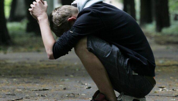 Jaunieši atkārtotus noziegumus izdara biežāk nekā pieaugušie; agrīnas noziedzīgas uzvedības cēloņi