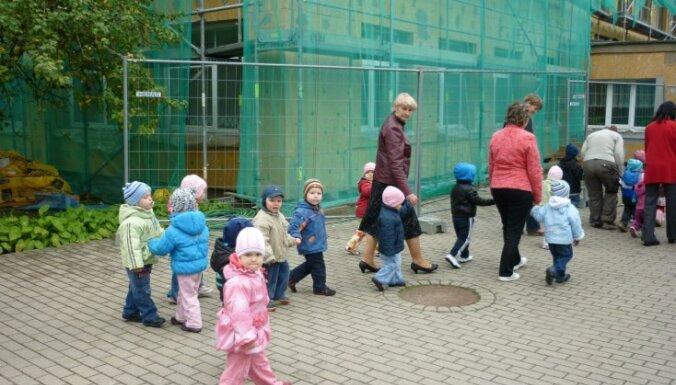 Vairāk nekā puse Rīgas domes līdzfinansēto privāto bērnudārzu darbojas telpās ar neatbilstošām funkcijām