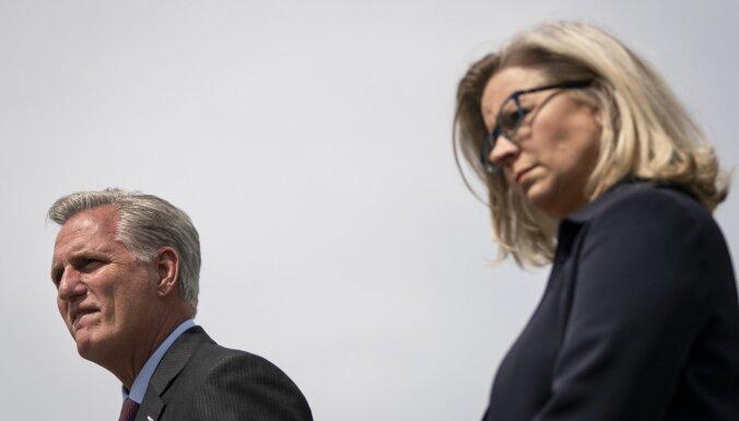 Republikāņi atceļ no frakcijas priekšsēža amata Trampa kritiķi Čeiniju