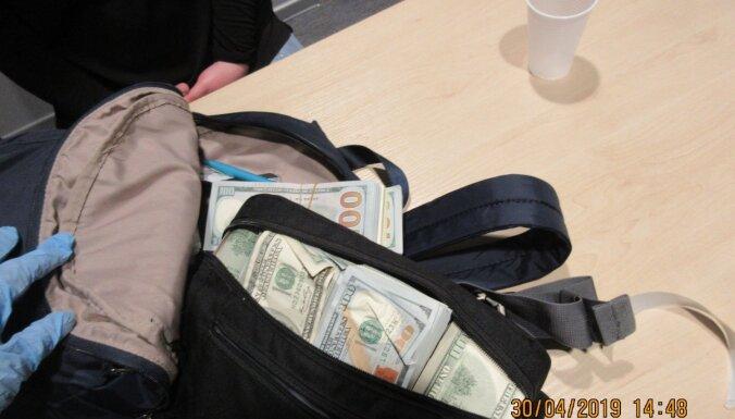 ФОТО: У пассажиров рейсов Москва-Рига в сумке нашли 700 000 евро