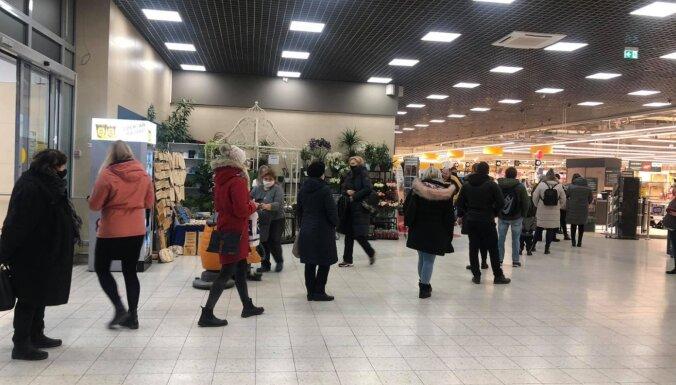 Статистика о платежных картах: перед декабрьскими ограничениями для торговли в Латвии случился покупательский бум