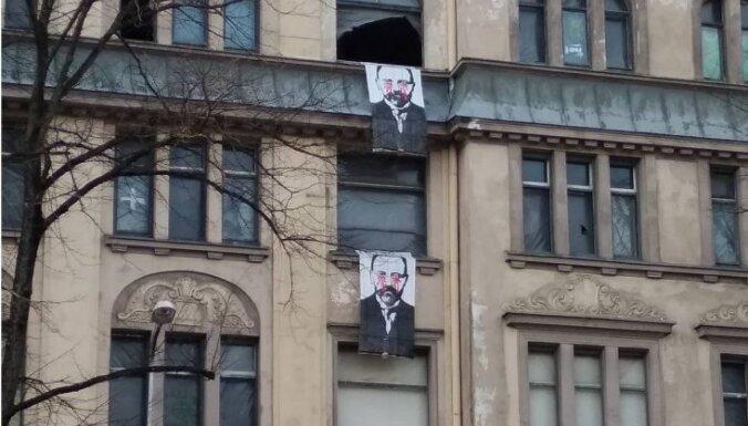 Aculiecinieks: Izdegušo jūgendstila namu Kalnciema ielā rotā plakāti 'Asins asaras'
