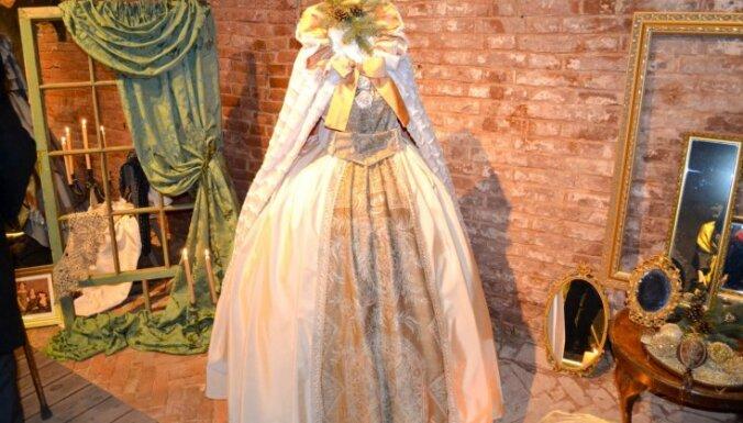 Daugavpils cietoksnī atklāta krāšņa 19. gadsimta tērpu izstāde
