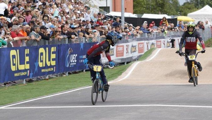Latvijas jaunāko grupu braucēji Valmierā notiekošajā Eiropas BMX čempionātā izcīna piecas medaļas