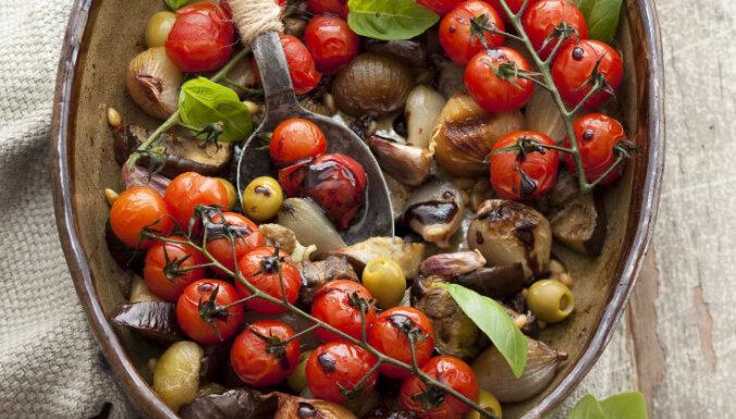 Krāsnī cepti tomāti, sīpoli un baklažāni ar balzamiko etiķi