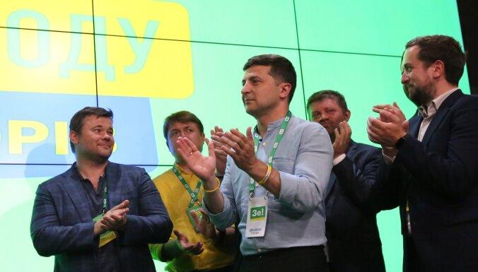Ukrainas parlamenta vēlēšanās uzvarējusi Zelenska pārstāvētā partija, vēsta aptaujas