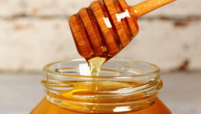 Pārvērtētais brīnumlīdzeklis – medus: kas tajā veselīgs un cik daudz drīkst lietot