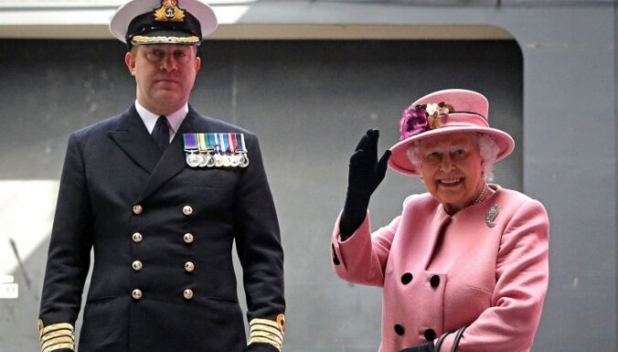 Foto: Karaliene saka ardievas vienam no lielākajiem britu kuģiem 'HMS Ocean'