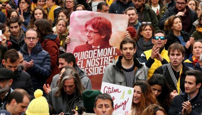 Foto: Tūkstošiem cilvēku Barselonā protestē pret Pudždemona aizturēšanu
