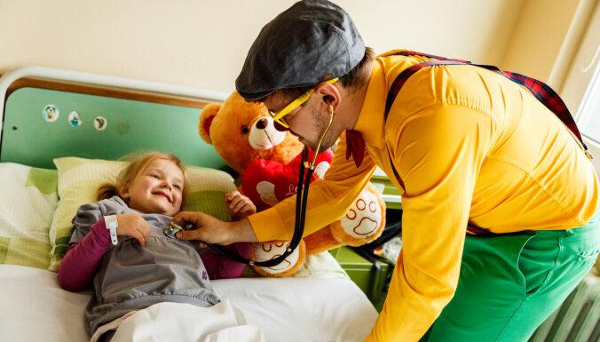 Доктора-клоуны теперь работают и с маленькими пациентами Даугавпилсской больницы
