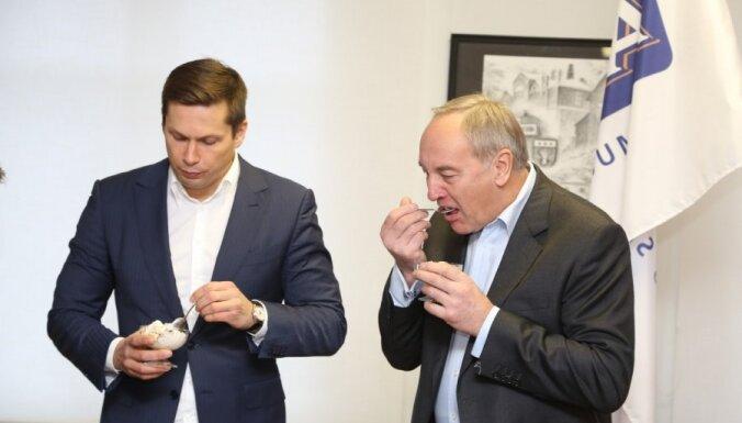 Foto: Prezidents Bērziņš aplūko Rūjienas saldējuma rūpnīcu