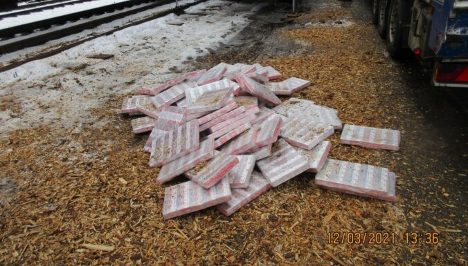 ФОТО. В вагонах со щепой обнаружили 1,2 млн контрабандных сигарет