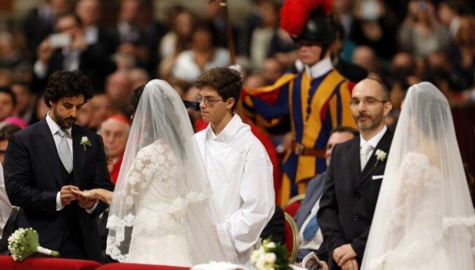 Франциск обвенчал женщину, имеющую внебрачного ребенка