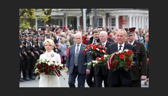 ФОТО: Высшие чины Латвии возложили цветы к памятнику Свободы
