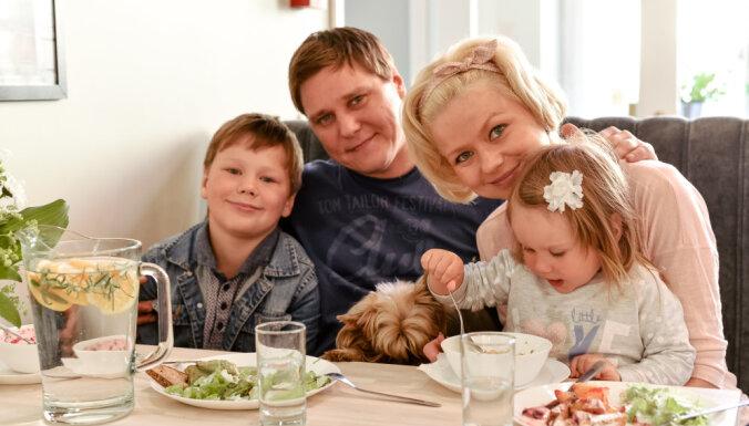 Dita Lūriņa un Māris Grigalis atklāj savu bērnu ēdienkarti. Komentē uztura speciāliste