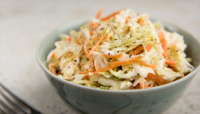 Простой салат из свежей капусты и морковки