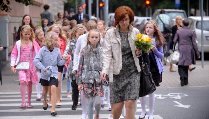 Pirmklasnieku skaits tuvākajos gados augs, prognozē ministre
