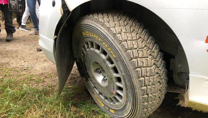 Seska ekipāža nolauzta riteņa dēļ WRC Somijas rallijā cīņas par vietām neturpinās