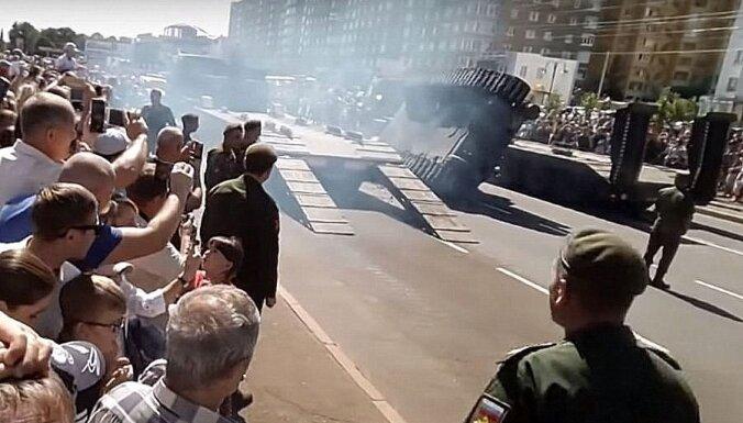 Video: Kurskā leģendārās tanku kaujas gadadienā apgāžas 'T-34'
