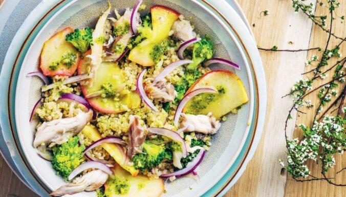 Salāti ar grūbām, brokoļiem, āboliem, makreli un sīpoliem