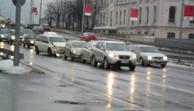 """ДТП в Риге: на мосту Земитану """"паровозик"""" из четырех авто"""