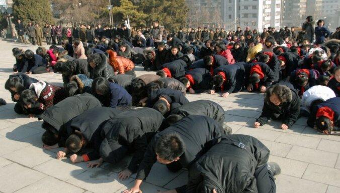 Kima Čenira nāve: tūkstošiem ziemeļkorejiešu sēro par vadoņa aiziešanu