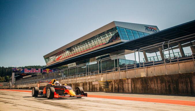 Divi latvieši motorsporta simulatorā nopelna iespēju braukt ar 'Formula 4'
