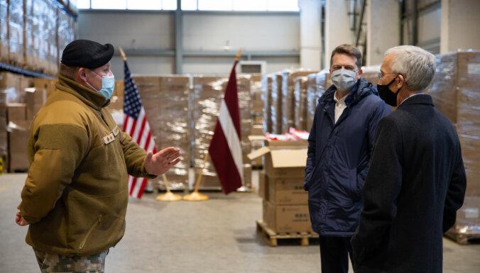 ASV vēstniecība Latvijai dāvina 27 500 medicīnisko izolācijas tērpu un kombinezonu