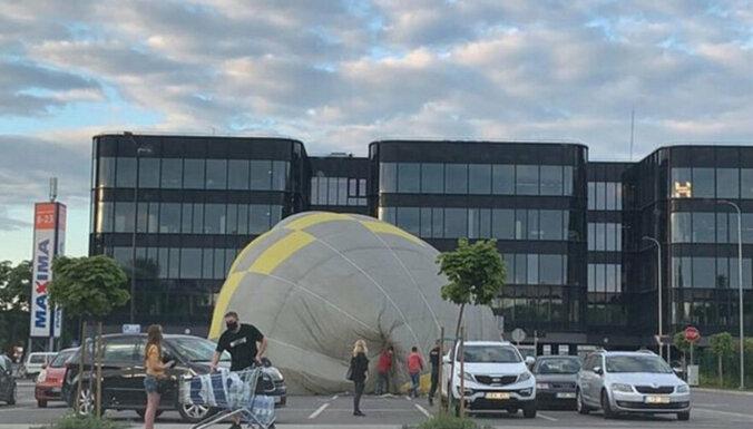ФОТО: В центре Каунаса аварийную посадку совершил воздушный шар