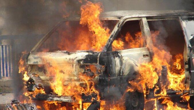 Под Саласпилсом сгорела машина: пострадал человек