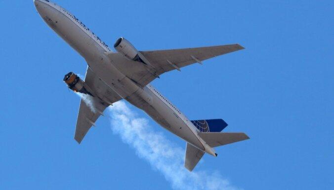 Sabojājoties lidmašīnas dzinējam, Denveras priekšpilsētā nogāžas lielas lidmašīnas detaļas