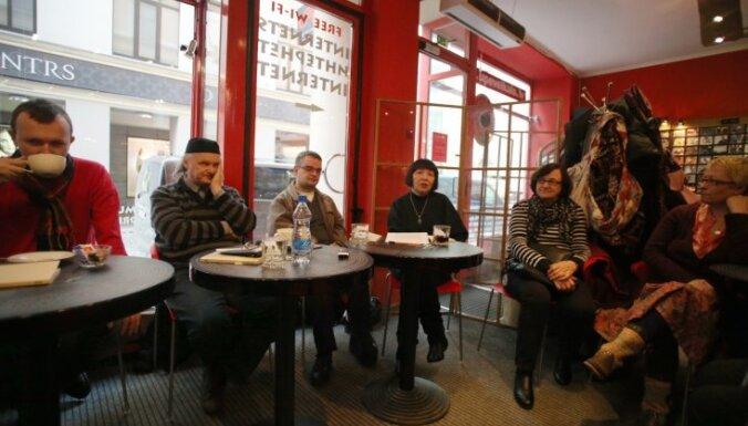 Foto: Romāna 'ZUN' lasījums Hardija Lediņa kafejnīcā