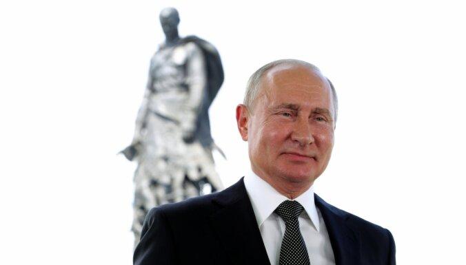 'Vovandemorts un atprātotājs': internetā izsmej Putina uzrunu uz pieminekļa fona